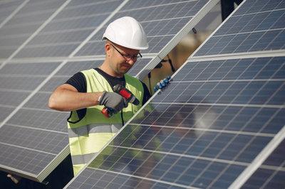Un operario monta paneles fotovoltaicos.